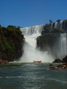 大瀑布に飲みこまれそうなボート