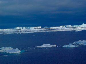 どこまでも広がる南極の青の世界