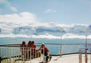 日がなのんびり 船上から南極大陸を眺める