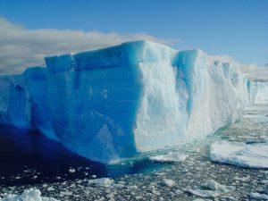 5階建てのビルのように立ちはだかる氷山