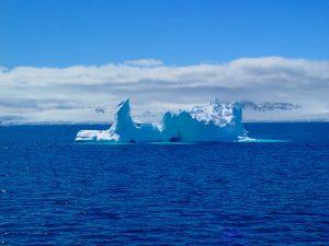 南極は青の世界が広がる